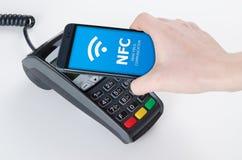 与NFC技术的流动付款 免版税图库摄影