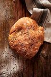 与nigella种子的皮塔饼面包在一张木土气桌上 免版税库存图片