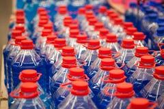与nonfreezing的液体的塑料罐洗涤的窗口,在白色背景 库存照片