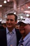 与NRA支持者的特德Cruz姿势 库存图片
