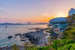 与Nurimaru亚太经合议院的浪漫日落和海视图 免版税库存照片