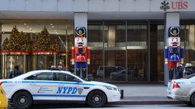 与NYPD巡逻车, NY的瑞银大厦 库存照片