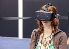 与Oculus VR VR耳机的女性比赛开发商 库存照片