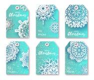 与origami白色雪花的蓝色圣诞节标签 库存照片