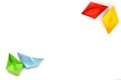 与origami纸小船,四艘船,在角落的小船的背景 免版税库存图片