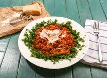 与Orzo面团- Kritharaki (希腊食物)的碎羊羔肉 免版税图库摄影