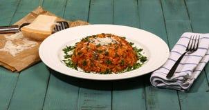 与Orzo面团- Kritharaki (希腊食物)的碎羊羔肉 免版税库存图片