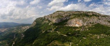 与Ostrog修道院教会的鸟瞰图 免版税库存照片