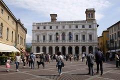 与Palazzo della Ragione的贝加莫广场Vecchia在背景中 免版税库存图片