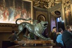 与Palazzo Vecchio - Floren城镇厅的游人的内部  库存照片