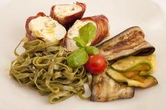 与pancetta和tagliatelle的圆的鸡 库存图片