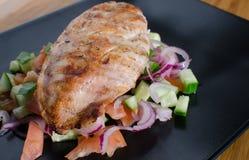与panzanella salat的烤鸡 免版税库存图片