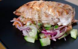 与panzanella salat的烤鸡 库存照片