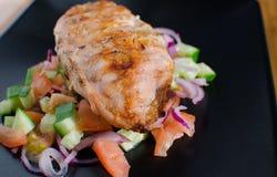 与panzanella salat的烤鸡 免版税库存照片