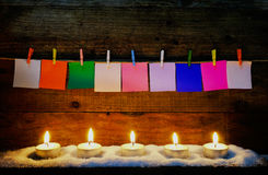 与papernote的烛光焰在木圣诞节装饰的 库存图片