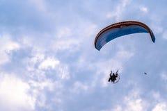与paramotor的滑翔伞飞行在日落期间 库存照片