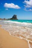 与Penon de Ifach的Calpe阿利坎特阿雷纳尔Bol海滩 库存图片