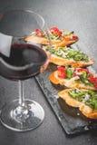 与pesto、巴马干酪、蕃茄和蓬蒿的Bruschetta 免版税图库摄影