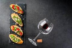 与pesto、巴马干酪、蕃茄和蓬蒿的Bruschetta 图库摄影