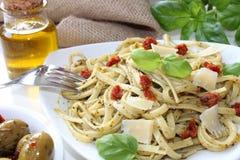 与pesto和开胃小菜的面团 图库摄影