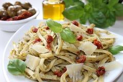 与pesto和开胃小菜的面团 免版税库存图片