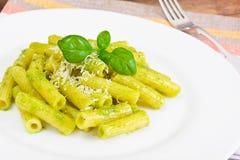 与Pesto和蓬蒿调味汁的Penne面团 图库摄影