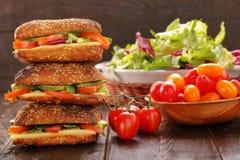与pesto的素食三明治在木背景 免版税库存图片