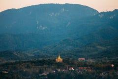 与Phra的风景那座Khong Santi Chedi塔 Luang Pra轰隆,老挝 库存图片