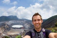 与Poas火山的Selfie在背景中 库存照片