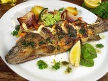 与Potatos的烤鳟鱼 免版税库存照片