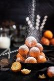 与powdere的新鲜的可口自创酸奶干酪球油炸圈饼 免版税库存照片