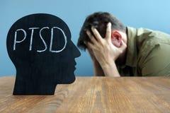 与PTSD岗位创伤重音混乱的顶头形状 库存图片