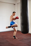 与punchbag的Kickboxer训练 免版税库存图片