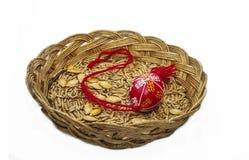 与pysanka和玉米的篮子 免版税库存图片