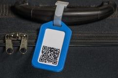 与qr编码的手提箱在标签 免版税库存图片