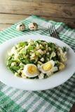与Ramson和鸡蛋的沙拉 库存照片