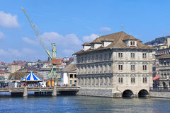 与Rathaus大厦的苏黎世都市风景 免版税图库摄影