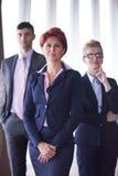 与redhair妇女的不同的商人小组前面的 免版税库存图片