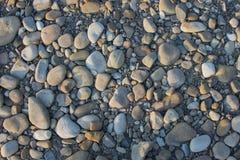 与reeble干燥灰色圆的大和小的海的抽象背景 库存照片