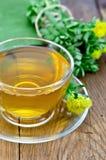 与Rhodiola Rosea的清凉茶在一个木板 免版税库存图片