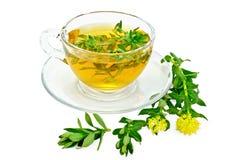 与Rhodiola rosea的清凉茶在一个玻璃杯子 免版税库存照片