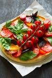 与rikotta、未加工的蕃茄和蓬蒿的自创馅饼 免版税库存图片