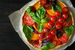 与rikotta、未加工的蕃茄和蓬蒿的自创馅饼 免版税图库摄影