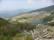 与Rila自然公园的一个小湖的Moutain风景在保加利亚 免版税图库摄影