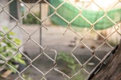 与rimlight的残破的篱芭背景 库存图片