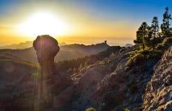 与Roque Nublo峰顶的美好的日落在大加那利岛海岛,西班牙上 图库摄影