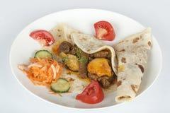 与Roti和Sambals的传统印地安羊肉咖喱 库存照片