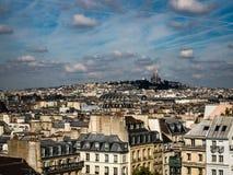与Sacre Coeur大教堂的巴黎都市风景 库存照片