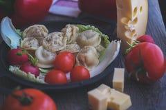 与salat的Damplings和地面胡椒和乳酪 免版税库存图片