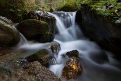 与samall瀑布的秋天小河 库存图片